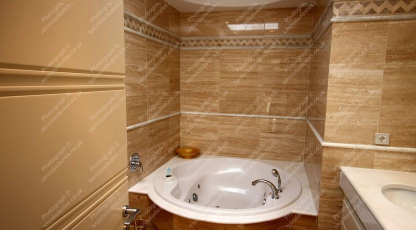 Fully Tiled En-Suite Bathroom, Luxury Penthouse Apartment for Sale, La Trinidad, Marbella