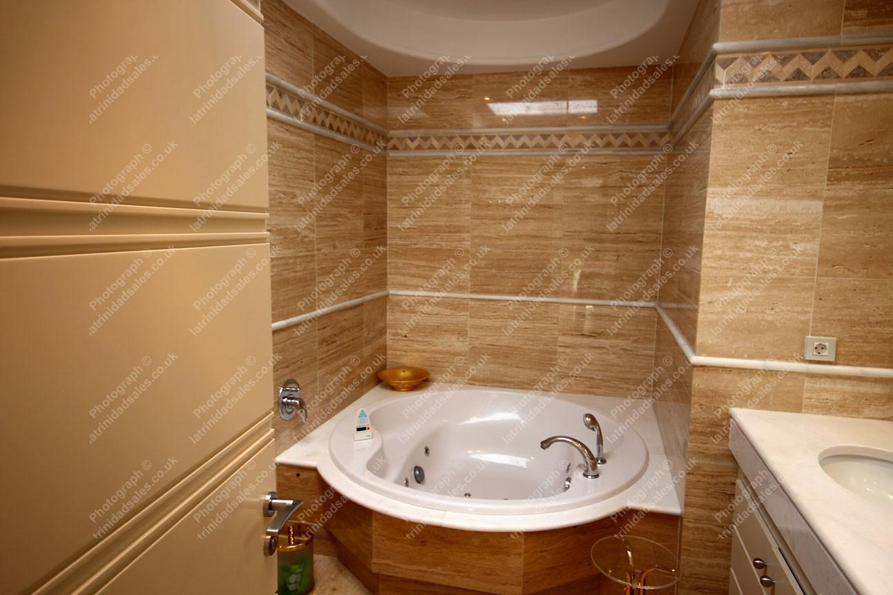 En Suite Bathrooms In Apartments: Fully Tiled En-Suite Bathroom, Luxury Penthouse Apartment